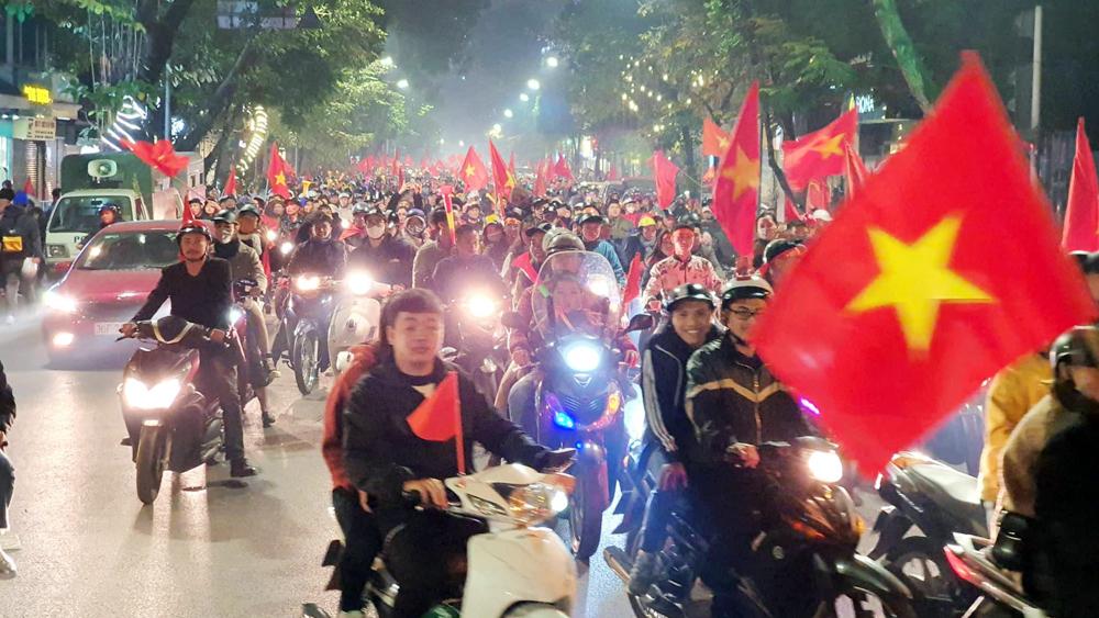 """VIDEO: Người Hà Nội xuống đường """"đi bão"""" ăn mừng U22 Việt Nam vô địch"""